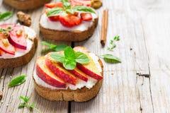Bruschetta με τα ροδάκινα, τα δαμάσκηνα, τις φράουλες και το τυρί εξοχικών σπιτιών στοκ φωτογραφία
