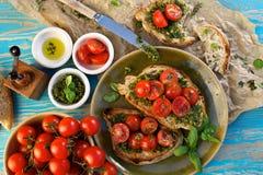Bruschetta με την ντομάτα κερασιών και το pesto χορταριών Στοκ φωτογραφίες με δικαίωμα ελεύθερης χρήσης
