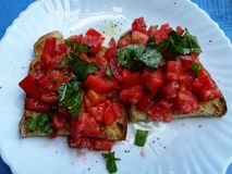 Bruschetta με την ντομάτα, το βασιλικό και oregano στοκ φωτογραφίες
