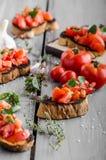 Bruschetta με τις ντομάτες, το σκόρδο και τα χορτάρια Στοκ εικόνες με δικαίωμα ελεύθερης χρήσης
