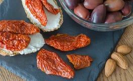 Bruschetta με τις ξηρές ντομάτες και μαλακό τυρί με τις ελιές και το α Στοκ Φωτογραφίες