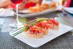 Bruschetta με τις τεμαχισμένες ντομάτες, χορτοφάγο πρόχειρο φαγητό Στοκ εικόνες με δικαίωμα ελεύθερης χρήσης