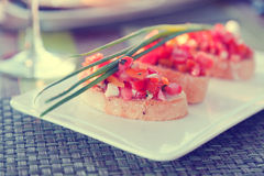 Bruschetta με τις τεμαχισμένες ντομάτες, χορτοφάγο πρόχειρο φαγητό Στοκ Φωτογραφίες