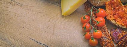 Bruschetta με τον τοματοπολτό, ντομάτες, τυρί και fuet Στοκ Φωτογραφίες