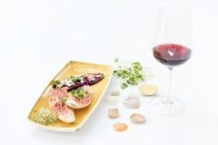 Bruschetta με το ζαμπόν και το κρασί της Πάρμας Microgreens στα ψημένα κόκκινα τεύτλα και το τυρί φέτας Πράσινα μικροϋπολογιστών, Στοκ Φωτογραφίες