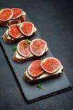 Bruschetta με το μπλε τυρί και τα φρέσκα σύκα Στοκ Εικόνα