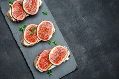 Bruschetta με το μπλε τυρί και τα φρέσκα σύκα Στοκ Εικόνες