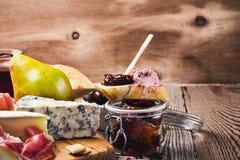 Bruschetta με το ξηραμένο από τον ήλιο πατέ συκωτιού ντοματών και κρέατος Στοκ φωτογραφία με δικαίωμα ελεύθερης χρήσης