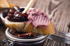 Bruschetta με το ξηραμένο από τον ήλιο πατέ συκωτιού ντοματών και κρέατος Στοκ Εικόνα