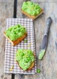 Bruschetta με το πράσινο μπιζέλι Στοκ Εικόνες