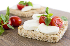Bruschetta με το mozarella και τις ντομάτες Στοκ εικόνα με δικαίωμα ελεύθερης χρήσης