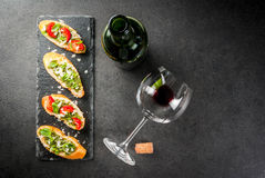 Bruschetta με το pesto, την παρμεζάνα, τις ντομάτες και το βασιλικό Στοκ Εικόνες