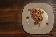 Bruschetta креветки на белой плите Стоковая Фотография