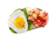Bruschetta при томат, яичница и arugula изолированные на белизне Стоковое Изображение RF