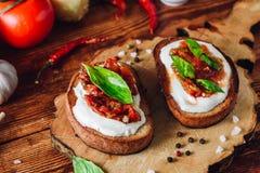 Bruschetta с высушенными томатами и пряным соусом Стоковое Изображение