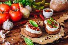 2 Bruschetta с высушенными томатами и пряным соусом Стоковая Фотография