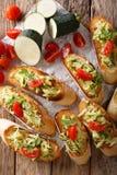 Bruschetta с заскрежетанным цукини и концом-вверх томатов и ingred Стоковая Фотография