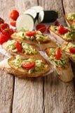 Bruschetta с заскрежетанным цукини и концом-вверх томатов и ingred Стоковое фото RF