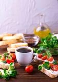 Bruschetta с рикоттой, салатом мозоли и томатами вишни Кофе Стоковое фото RF