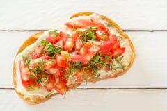 Bruschetta с свежими томатами и сыром на белых досках Стоковые Фотографии RF