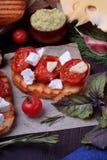 Bruschetta с солнцем высушило томаты вишни и сыр фета стоковое фото