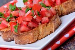 Bruschetta с томатами в плите Стоковое Изображение RF