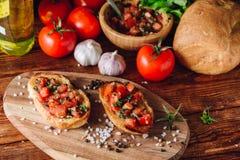 2 Bruschetta с томатами и ингридиентами Стоковое Изображение RF