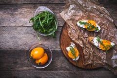 Bruschetta с томатами и rucola на борту в деревенском стиле Стоковые Фотографии RF