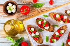 Bruschetta с томатами, мини моццареллой и базиликом Стоковое Фото