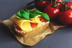 Bruschetta с томатами шпината и вишни на провозглашанном тост багете Стоковое фото RF