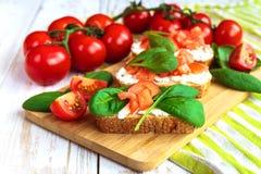 Bruschetta с томатами шпината и вишни на провозглашанном тост багете Стоковая Фотография RF