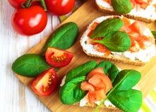 Bruschetta с томатами шпината и вишни на провозглашанном тост багете Стоковое Фото