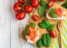 Bruschetta с томатами шпината и вишни на провозглашанном тост багете Стоковые Изображения RF