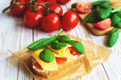 Bruschetta с томатами шпината и вишни на провозглашанном тост багете Стоковая Фотография
