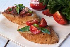 Bruschetta с томатом и базиликом Стоковое Изображение