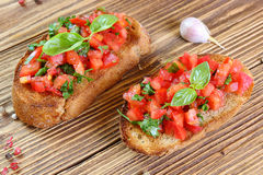 Bruschetta с томатом, чесноком и базиликом Стоковые Изображения