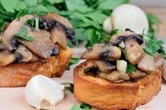 Bruschetta с чесноком и петрушкой гриба Стоковое Изображение RF