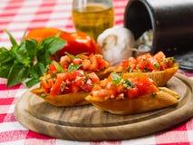 蕃茄和大蒜bruschetta 免版税库存照片
