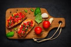 Bruschetta Antipasto με την ντομάτα και το βασιλικό Στοκ Φωτογραφία