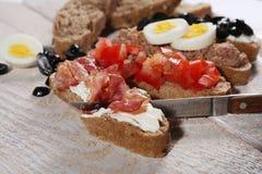 Bruschetta avec la tomate et le basilic Photos libres de droits