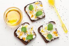 Bruschetta com queijo de cabra, mel e sementes do chia Vista superior foto de stock