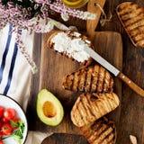 Bruschetta com queijo de feta, tomates, abacate Ingredientes para imagem de stock royalty free