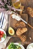 Bruschetta com queijo de feta, tomates, abacate Ingredientes para Foto de Stock