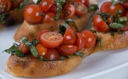 Bruschetta com tomate e manjericão foto de stock royalty free