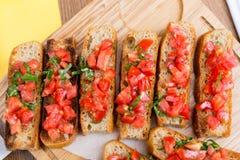Bruschetta com tomates e manjericão doces Foto de Stock Royalty Free