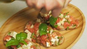 Bruschetta com tomates, manjericão e queijo filme