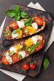 Bruschetta com tomates, mussarela e manjericão Imagens de Stock Royalty Free