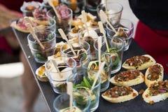 Bruschetta com vegetais, panquecas com salmões Imagens de Stock Royalty Free
