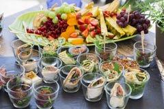 Bruschetta com vegetais, panquecas com salmões, frutos frescos Fotos de Stock Royalty Free
