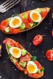 Bruschetta con el huevo del tomate, del aguacate y de codornices Fotografía de archivo libre de regalías